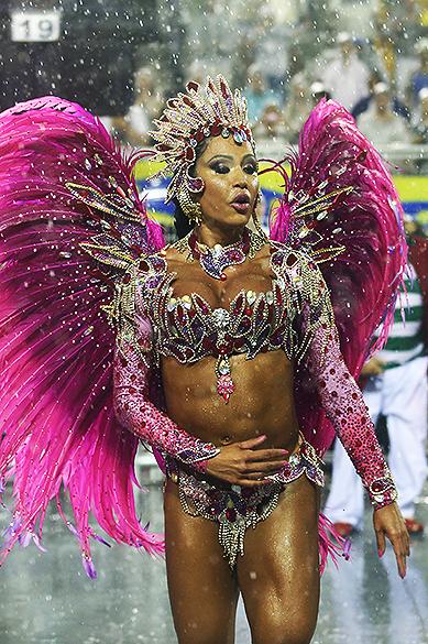 Gracyanne Barbosa na X-9 Paulistana, no Sambódromo do Anhembi