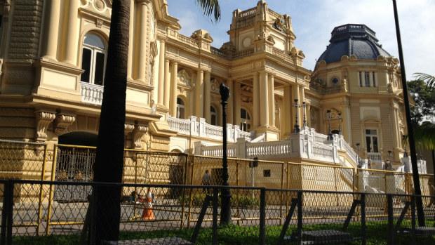 Sede do governo estadual do Rio é protegida por duas fileiras de grades