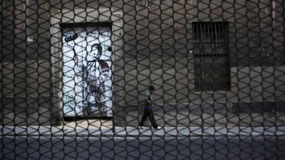 Homem passa por grafite no centro da cidade de Madri, Espanha
