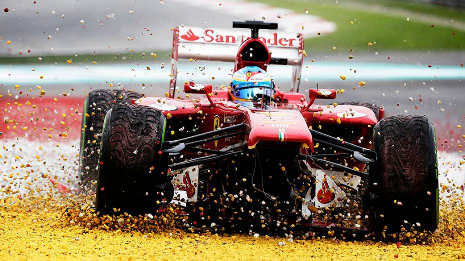 GP da Malásia: Alonso vai para a brita após perder o bico de sua Ferrari na primeira volta