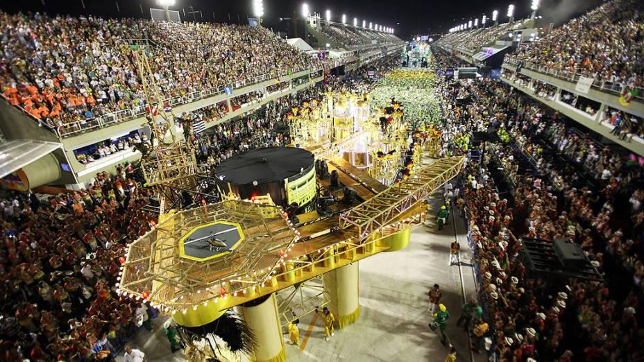 Carro alegórico no desfile da Grande Rio, que tem como enredo Amo o Rio, Vou à Luta: Ouro Negro sem Disputa - Contra a Injustiça em Defesa do Rio, sobre os royalties do petróleo