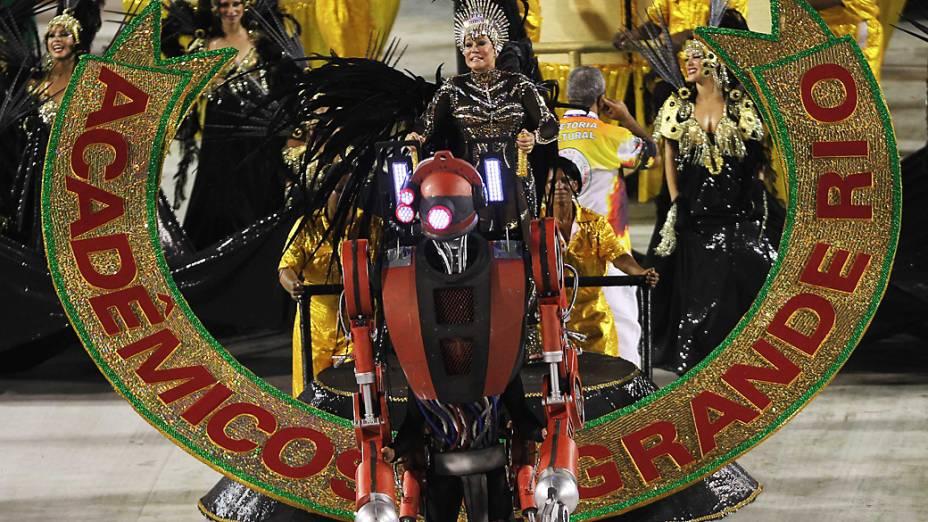 A atriz Suzana Vieira, destaque em alegoria da Grande Rio, durante desfile na Marquês de Sapucaí