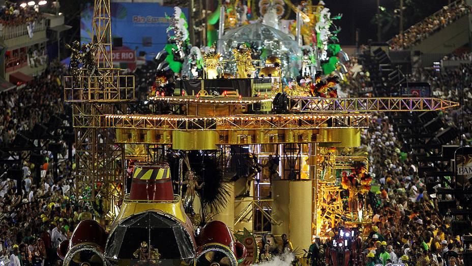 Grande Rio apresenta o enredo Amo o Rio e Vou à luta: Ouro Negro sem Disputa, na segunda noite de desfiles do grupo especial carioca
