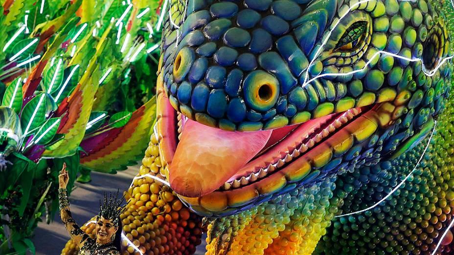 Grande Rio traz iguana gigante para a avenida. No destaque da alegoria, a atriz Christiane Torloni