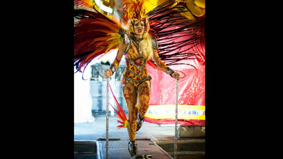 Danielle Winits um dos destaques da Grande Rio durante desfile na Marquês de Sapucaí
