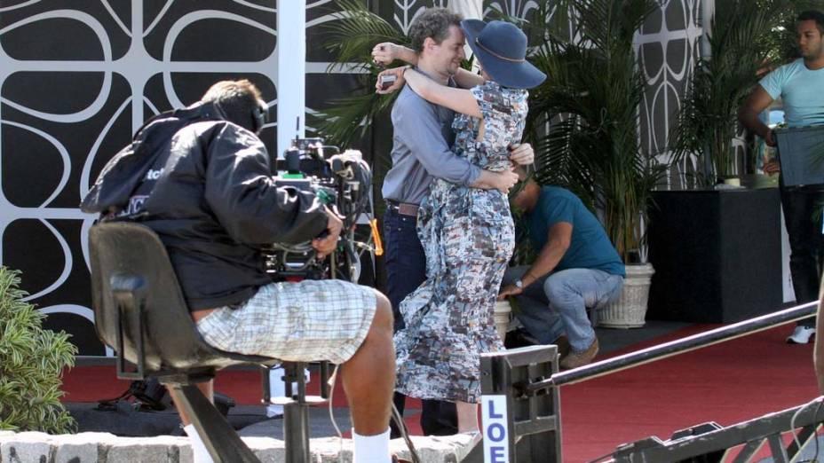 Julia Lemertz e Dan Stulbach durante gravação na Praia da Reserva, Rio de Janeiro