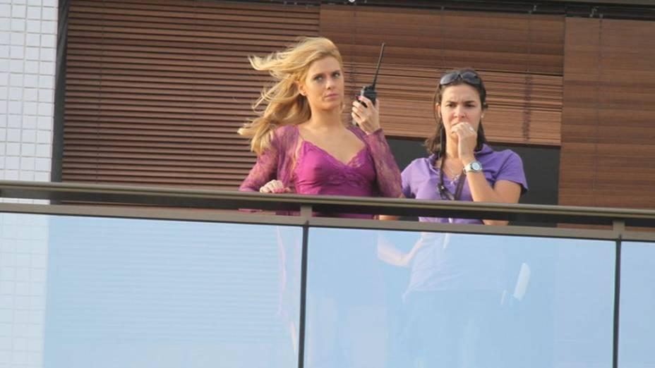 Carolina Dieckmann durante gravação na sacada de hotel na Barra da Tijuca, Rio de Janeiro