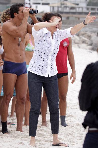 Griselda chora ao ver o ex-marido, Pereirinha, surgir do mar