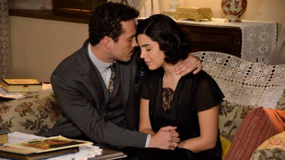 Berto (Rodrigo Andrade) consola Lindinalva (Giovanna Lancellotti) pela morte de seus pais