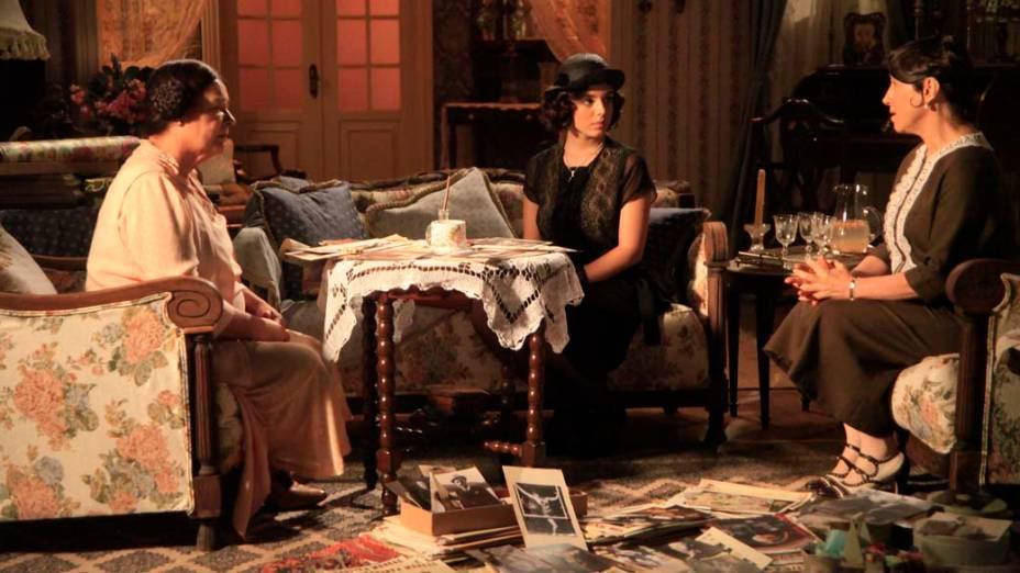 Lindinalva (Giovanna Lancellotti) pede abrigo a Quinquina (Angela Rebello) e Florzinha (Bete Mendes)