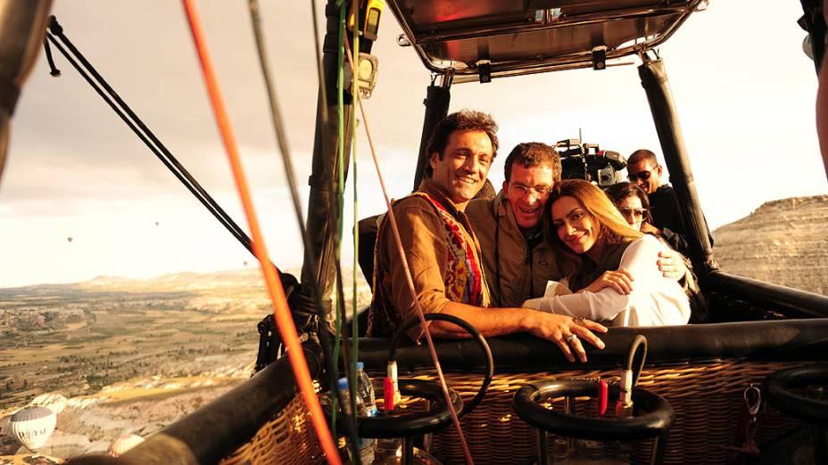 Marcos Schechtman com Zyah (Domingos Montagner) e Bianca (Cléo Pires) durante gravações da nova novela da Globo Salve Jorge