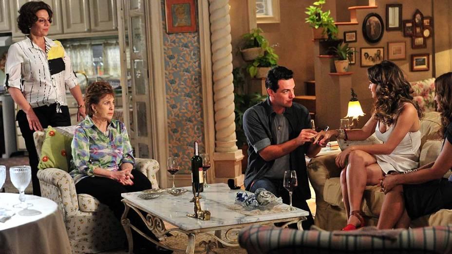 Theo (Rodrigo Lombardi) põe aliança em Morena (Nanda Costa) durante pedido de noivado