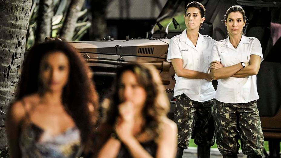 Erica (Flavia Alessandra) incomodada com a presença de Morena (Nanda Costa)