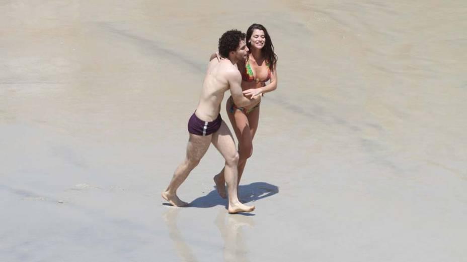Alinne Moraes e Thiago Fragoso durante gravação na praia de Grumari