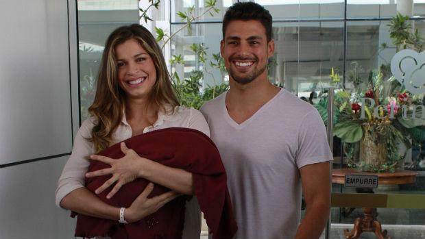 Grazi Massafera e Cauã Reymond deixam maternidade com Sofia
