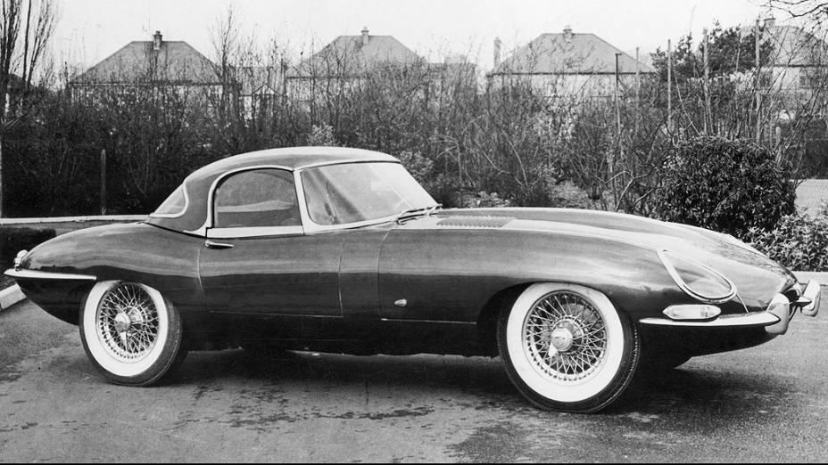 Jaguar E-Type: na linha de produção entre 1961 e 1975, foi concorrente da Ferrari na época, e o preferido de muitos artistas e de membros da realeza. Passa dos 100.000 dólares.