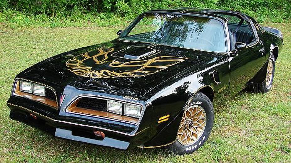 Pontiac Firebird Trans Am: o modelo 1977 é considerado um ícone, depois de ser usado no filme Agarra-me Se Puderes, com Burt Reynolds. Seu preço já chega aos 60.000 dólares