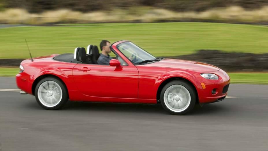 Mazda Miata: um conversível a baixíssimo custo, perto de 7.000 dólares, modelo 1990, MX-5. Motor 1.6 litro, 115 cavalos e máxima de 203 km/hora