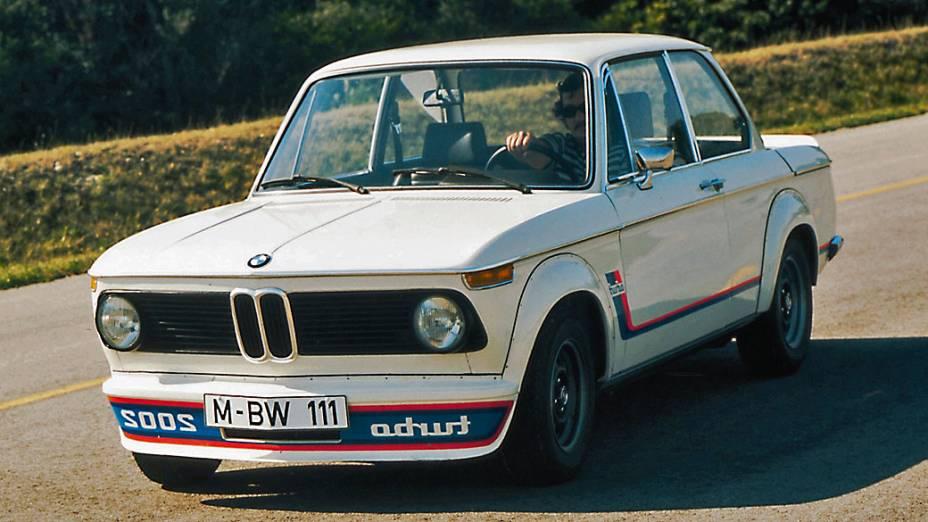 BMW 2002: o modelo TII tem duas portas, motor 2.0 litros, e gera 130 cavalos. Pode ser achado no mercado por 20.000 dólares