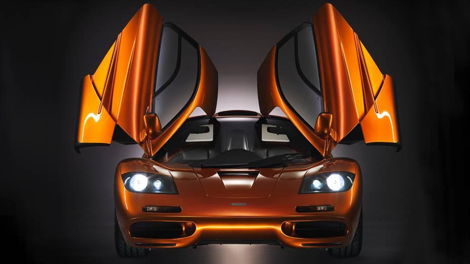 McLaren F1: apenas 106 unidades deste supercarro projetado por Gordon Murray saíram da fábrica entre 1992 e 1998. Tinha três lugares – o do motorista central - , motor  V12, 6.1 litros, e máxima de 391 km/hora (sem limitador). Avaliada em 3,5 milhões de dólares