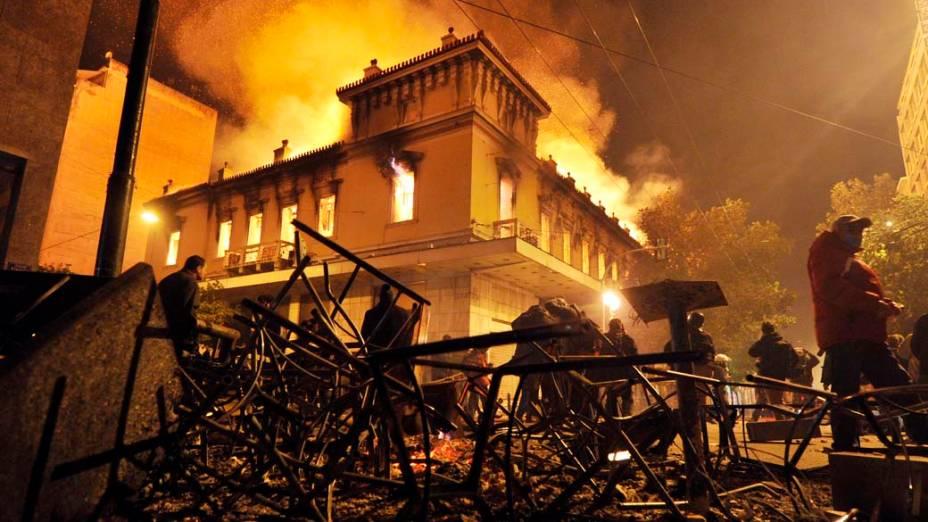 Incêndio em uma loja durante confrontos entre manifestantes e a polícia perto do Parlamento grego em Atenas, 12/02/2012
