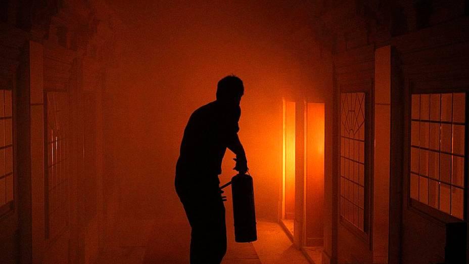 Homem tenta apagar incêndio em um cinema de Atenas