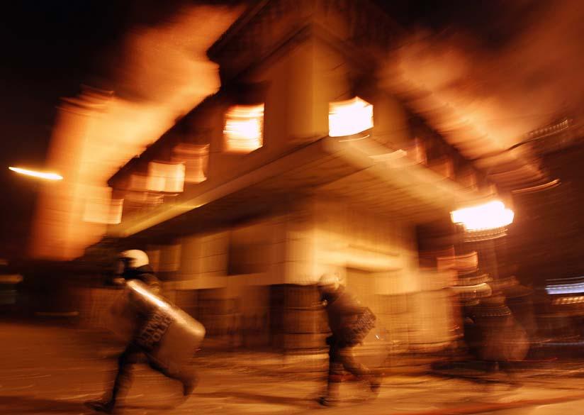Políciais durante protestos violentos no centro de Atenas