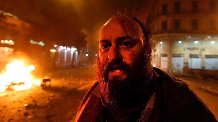 Manifestante ferido por policiais durante protestos violentos no centro de Atenas