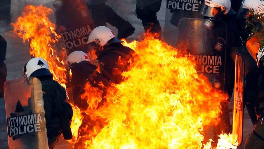 Policiais atingidos por coquetel molotov durante confrontos em Atenas, 12/02/2012