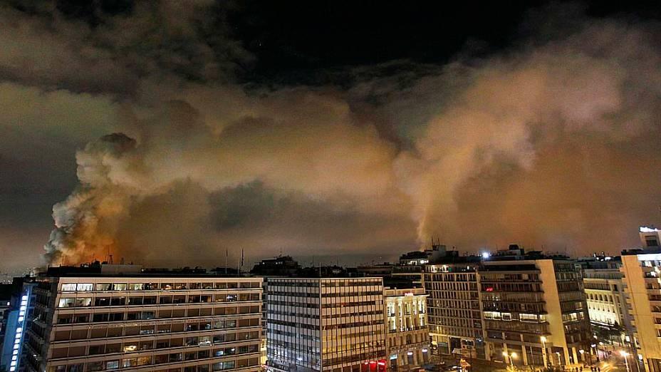 prédios em chamas em torno da Praça Syntagma, no centro de Atenas
