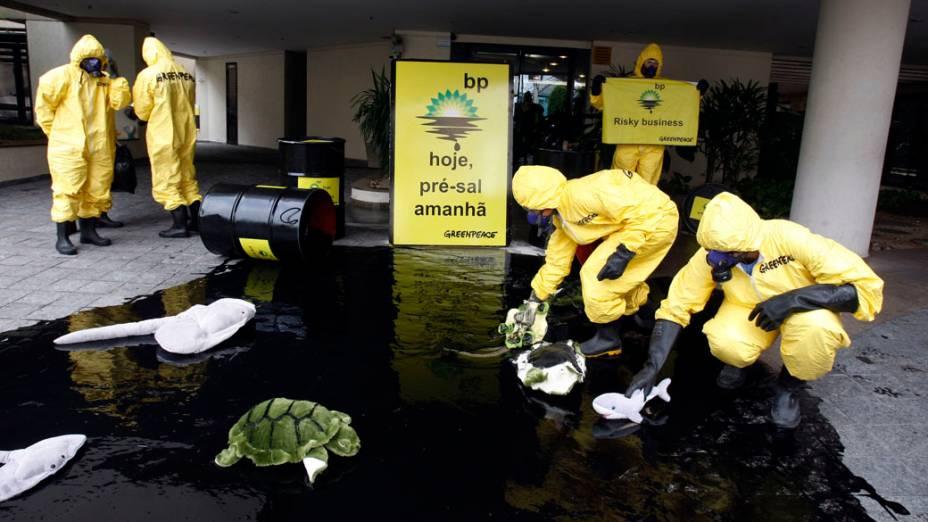 Integrantes do Greenpeace protestam em frente da sede da British Petroleum em de São Paulo contra o desastre ambiental ocorrido no Golfo do México. Os manifestantes derramaram barris com líquido preto e usaram pelúcias para simbolizar os animais afetados pelo derramamento de óleo. Os ativistas protestaram também contra o pré-sal