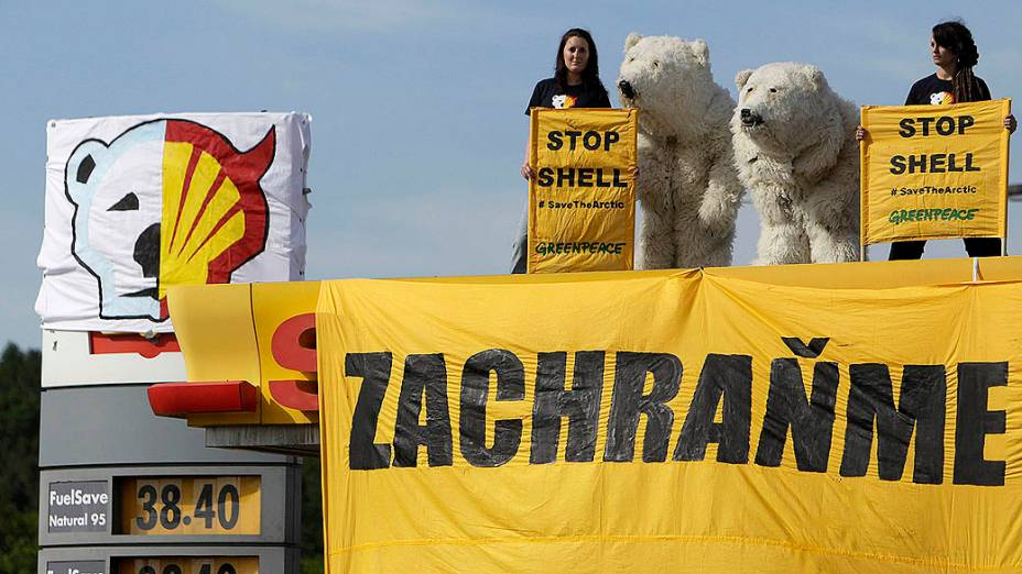 Ativistas do Greenpeace fazem protesto no topo de estação de petróleo da Shell, em Praga, na República Tcheca, contra o uso de um quebra-gelo para perfuração no norte do Alasca (EUA)