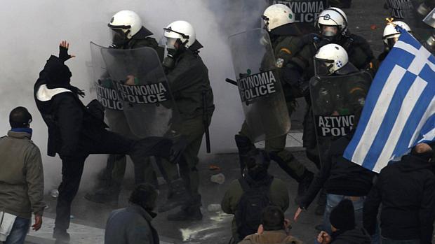 Manifestantes e policiais da Grécia entraram em confronto durante protesto contra novo plano de austeridade