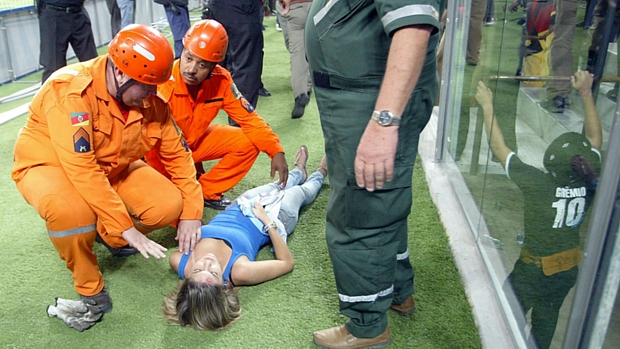 Torcedora recebe atendimentos médicos após queda de parte da grade na Arena do Grêmio