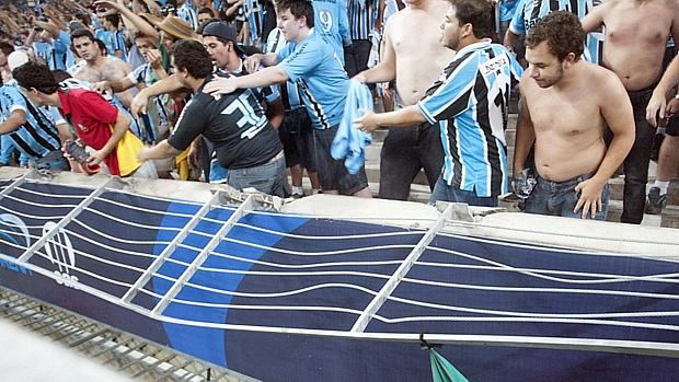 Grade de proteção caiu durante comemoração da torcida na Arena do Grêmio