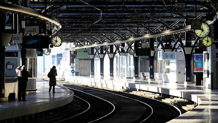 Plataforma vazia do terminal de Thalys em Bruxelas, na Bélgica. Trabalhadores de transporte do pais também aderiram à greve transnacional