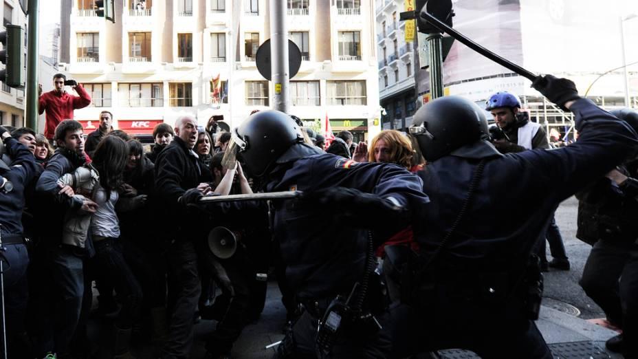 Manifestantes entram em confronto com a polícia em Madri durante a greve geral na Espanha