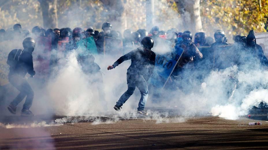 Manifestantes entram em confronto com a polícia em Roma durante a greve geral na Itália
