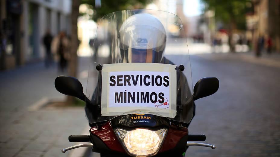 Funcionário da empresa de transporte público de Sevilha durante a greve geral na Espanha
