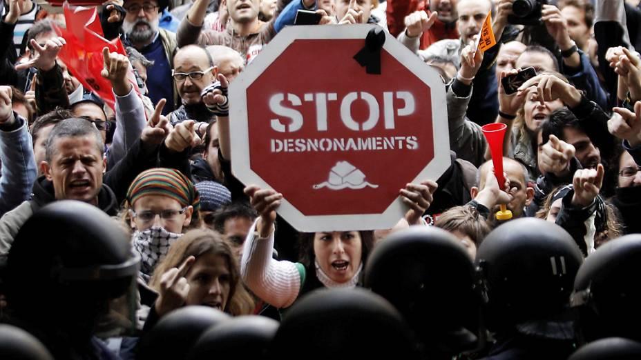Dezenas de manifestantes tentam invadir a sede do Banco de España em Valência