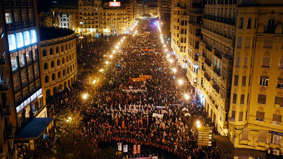 Manifestantes tomam as ruas de Valência para protestar contras as medidas de austeridade do governo durante a greve geral na Espanha