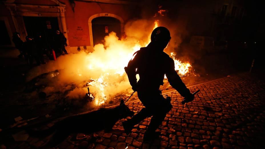 Policial nas proximidades do edifício do parlamento português em Lisboa durante a greve geral e protestos contra as políticas de austeridade do governo