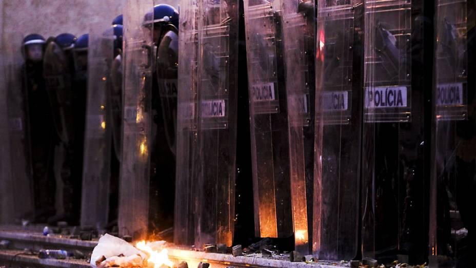 Policiais montam guarda nas proximidades do edifício do parlamento português em Lisboa durante a greve geral e protestos contra as políticas de austeridade do governo