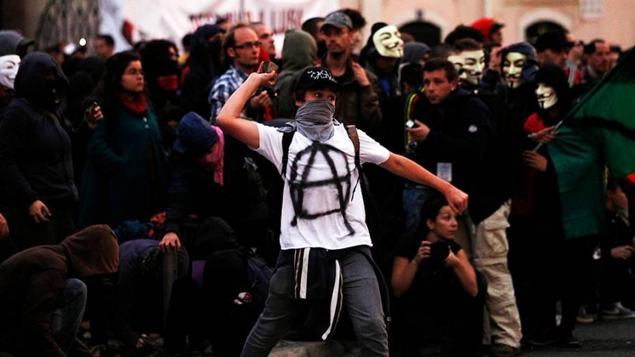 Manifestante atira pedra em policiais de Lisboa durante a greve geral em Portugal