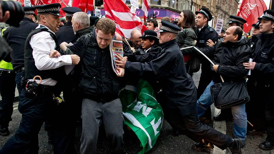 Manifestantes bloqueiam uma via de Londres, durante marcha motivada pela demissão de 28 trabalhadores do projeto de transporte Crossrail. As demissões teriam ocorrido porque os funcionários eram sindicalizados
