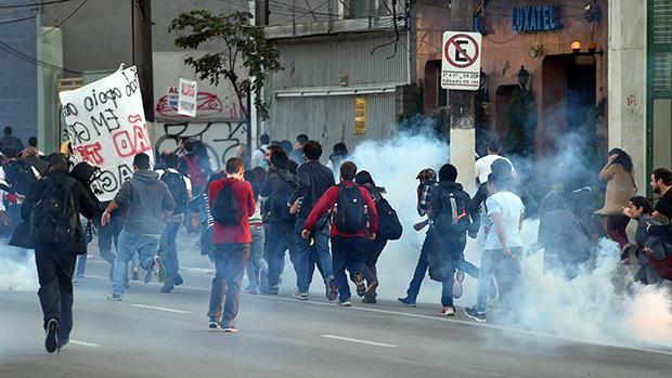Metroviários em greve e membros do MTST (Movimento dos Trabalhadores Sem Teto), são dispersados com gás lacrimogêneo na estação Ana Rosa do metrô