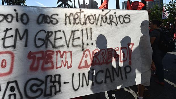 Membros do MST e metroviários durante manifestação na Praça da Sé, em 09/06/2014