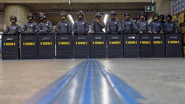 Tropa de choque na estação Ana Rosa do metrô, em 09/06/2014