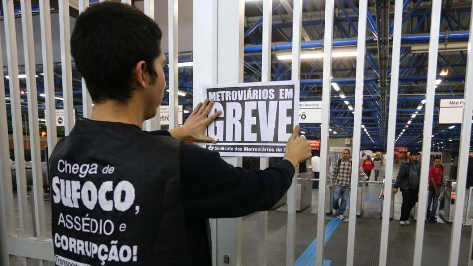 Metroviários colocam cartazes de greve na Estação Palmeiras Barra Funda do Metrô, em São Paulo, na madrugada desta quinta-feira