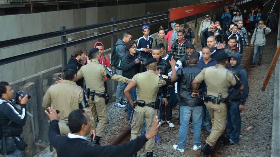 Pessoas invadiram a estação Corinthians-Itaquera da CPTM na manhã desta quinta
